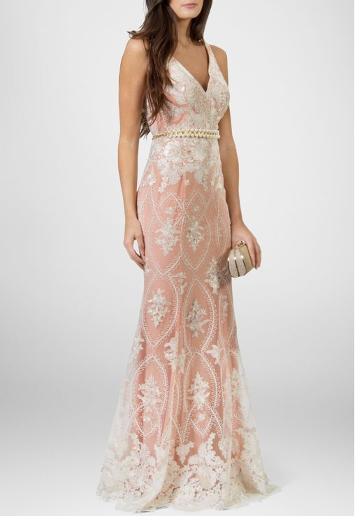 dfd5e78f49236 Vestido longo modelagem sereia todo em renda branco com fundo salmão ...